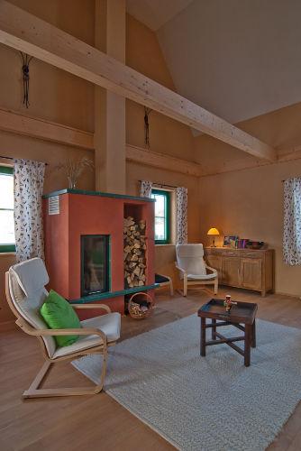 Blick ins Wohnzimmer mit Kamin