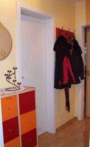 Farbenfroher Schuhschrank und Garderobe