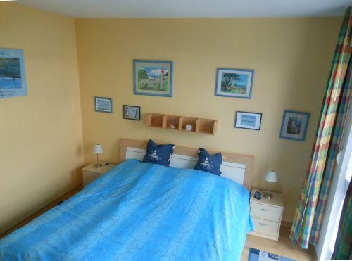 Schlafzimmer mit eig. Kunstwerken