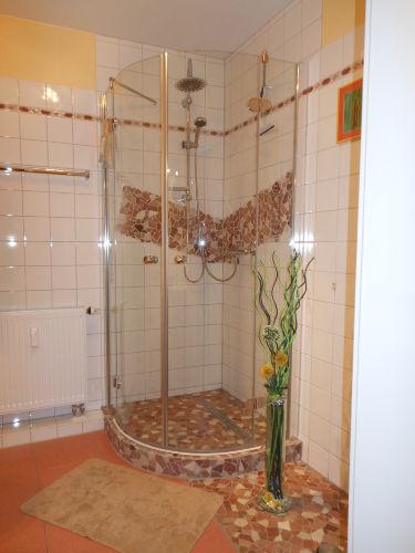 Neue Duschoase in Natursteinoptik