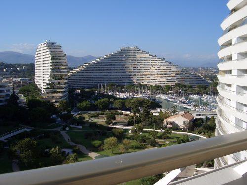 Ansicht in den Garten mit Hafenanlage
