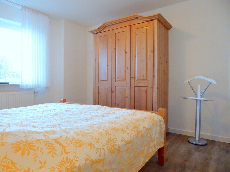 das Schlafzimmer mit Bett in Komforthöhe