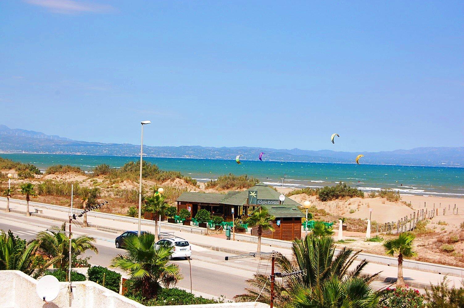 Die Badebucht von Riumar mit Strandcafes