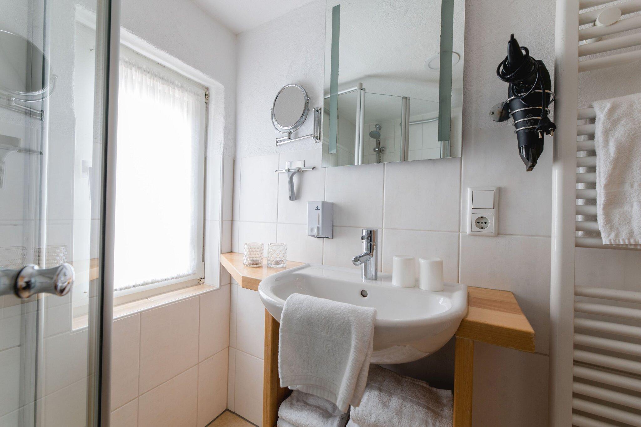 Außensauna mit Liegeflächen und Dusche