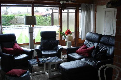 gemütliches Wohnzimmer mit Ledergarnitur
