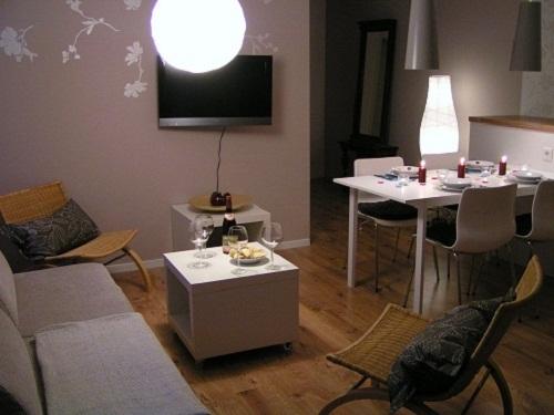 Wohnbereich mit Sesseln, Sofa + TV