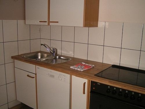 Küche mit Herd, Backofen + Spülmaschine