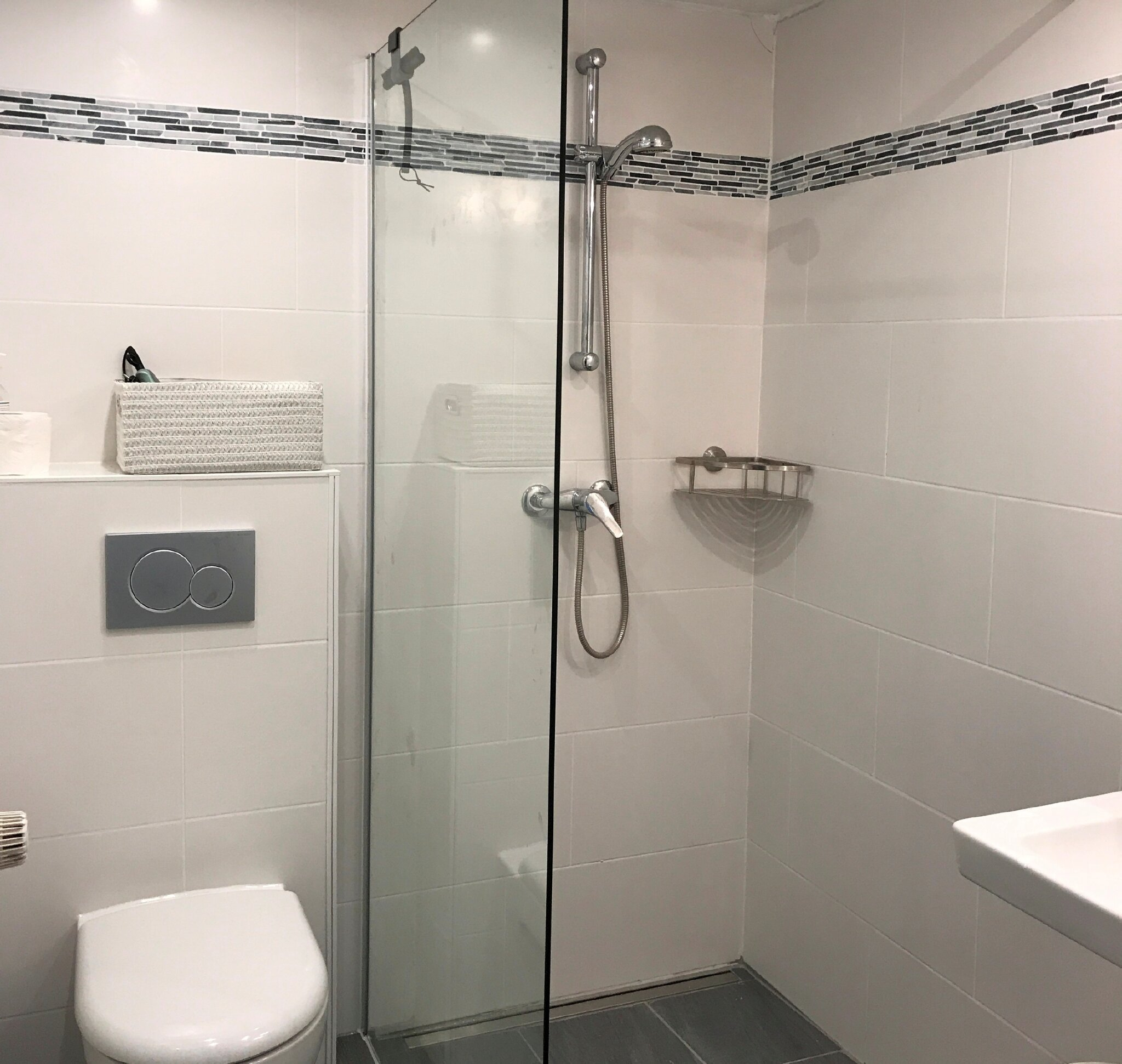 Das Bad mit tiefer Duschwanne