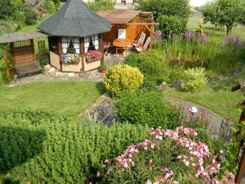 Garten mit Teich und Gartenhaus