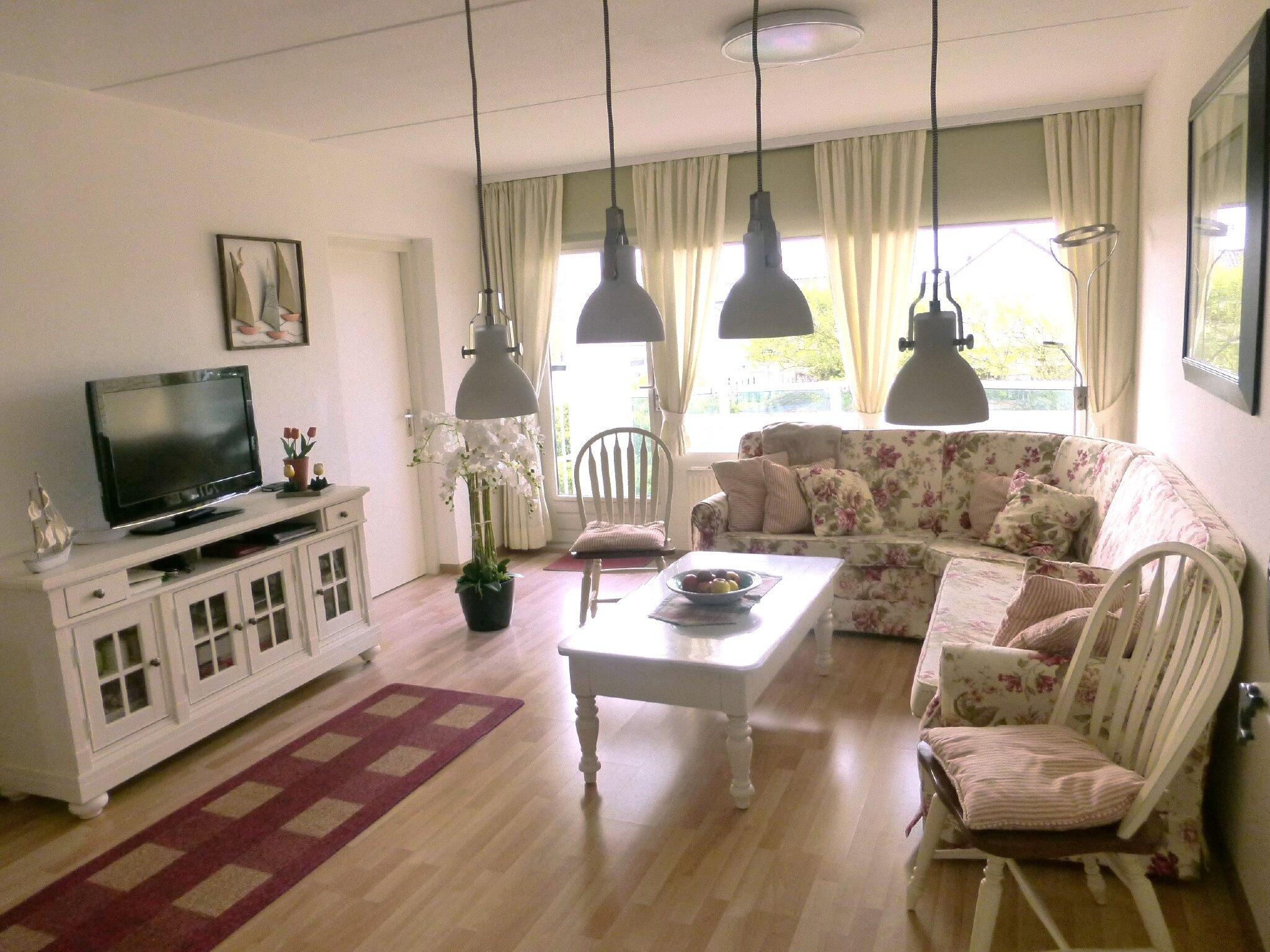 Küche mit Spülmaschine und Essecke