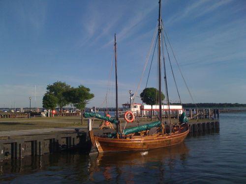 Zeesboot und Fähranleger