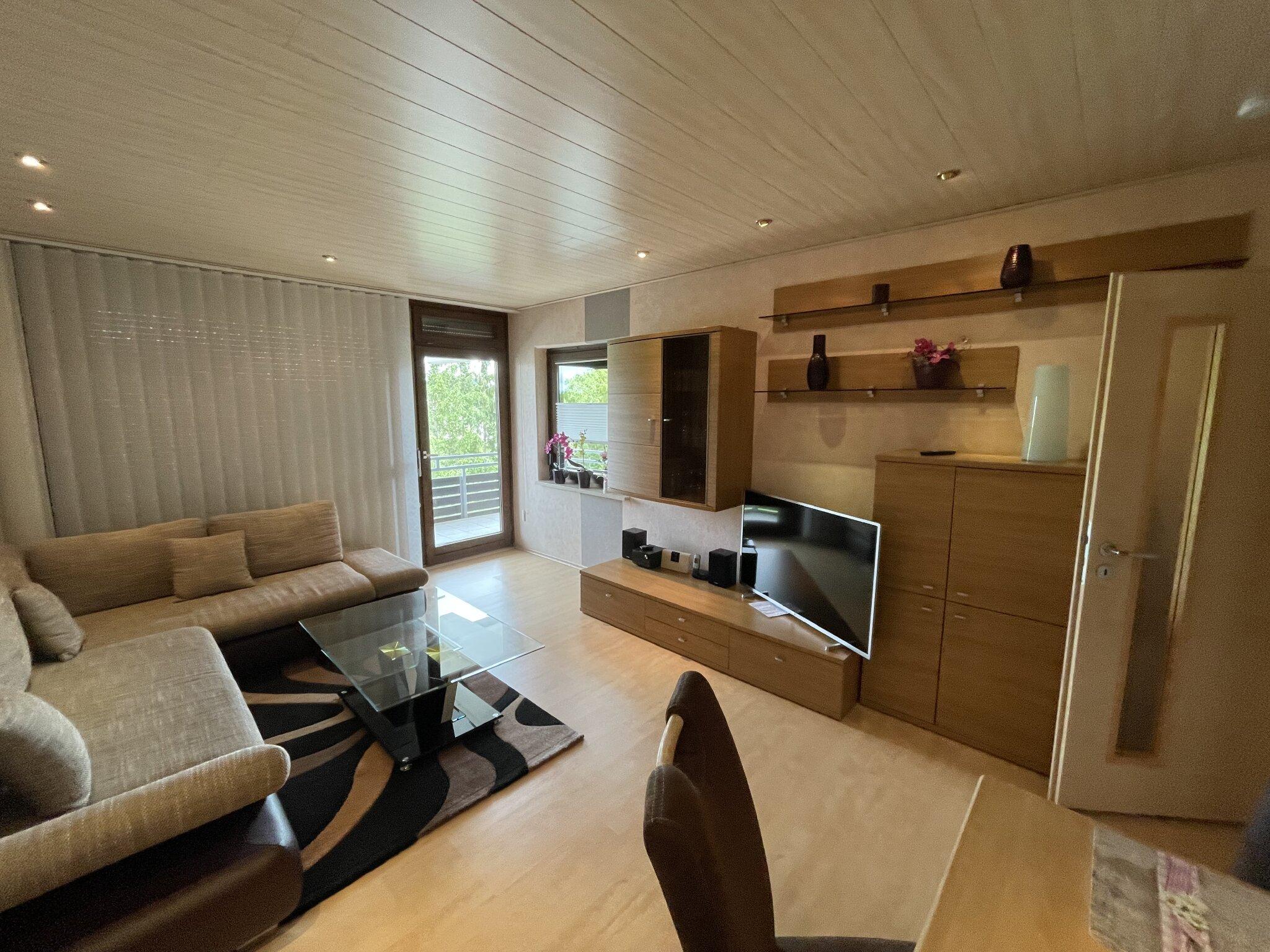 Wohnzimmer mit Laminat und Holzdecke