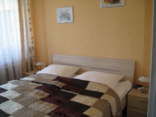 Schlafzimmer mit Balkonzugang.