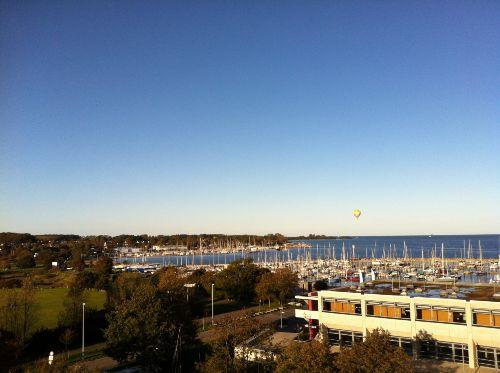 Veranda-Blick auf den Yachthafen/Strand