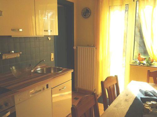 Küche mit Essplatz und Terrassenzugang