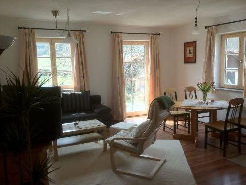 Der sehr helle Wohn- und Essbereich