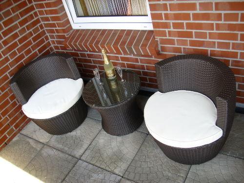 ... Rattan-Sitzgruppe auf dem Balkon