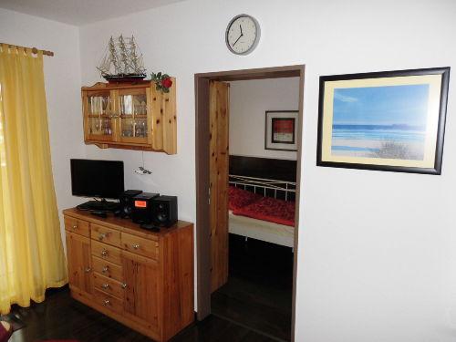 Wohnzimmer mit LED-TV + Mini-HiFi-Anlage