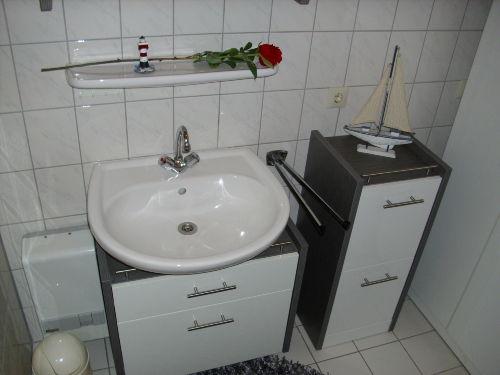 ...komfortables Bad mit vielen Ablagen