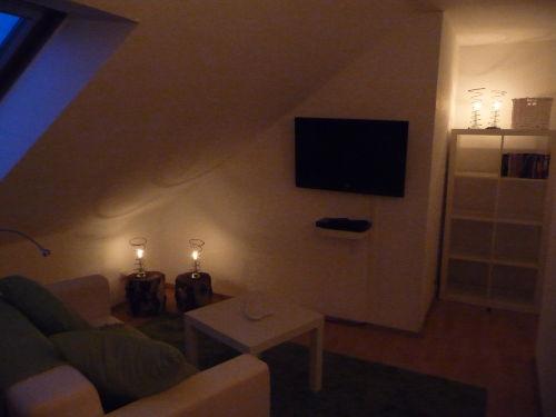 Schlafraum mit Doppelbett und Fernseher