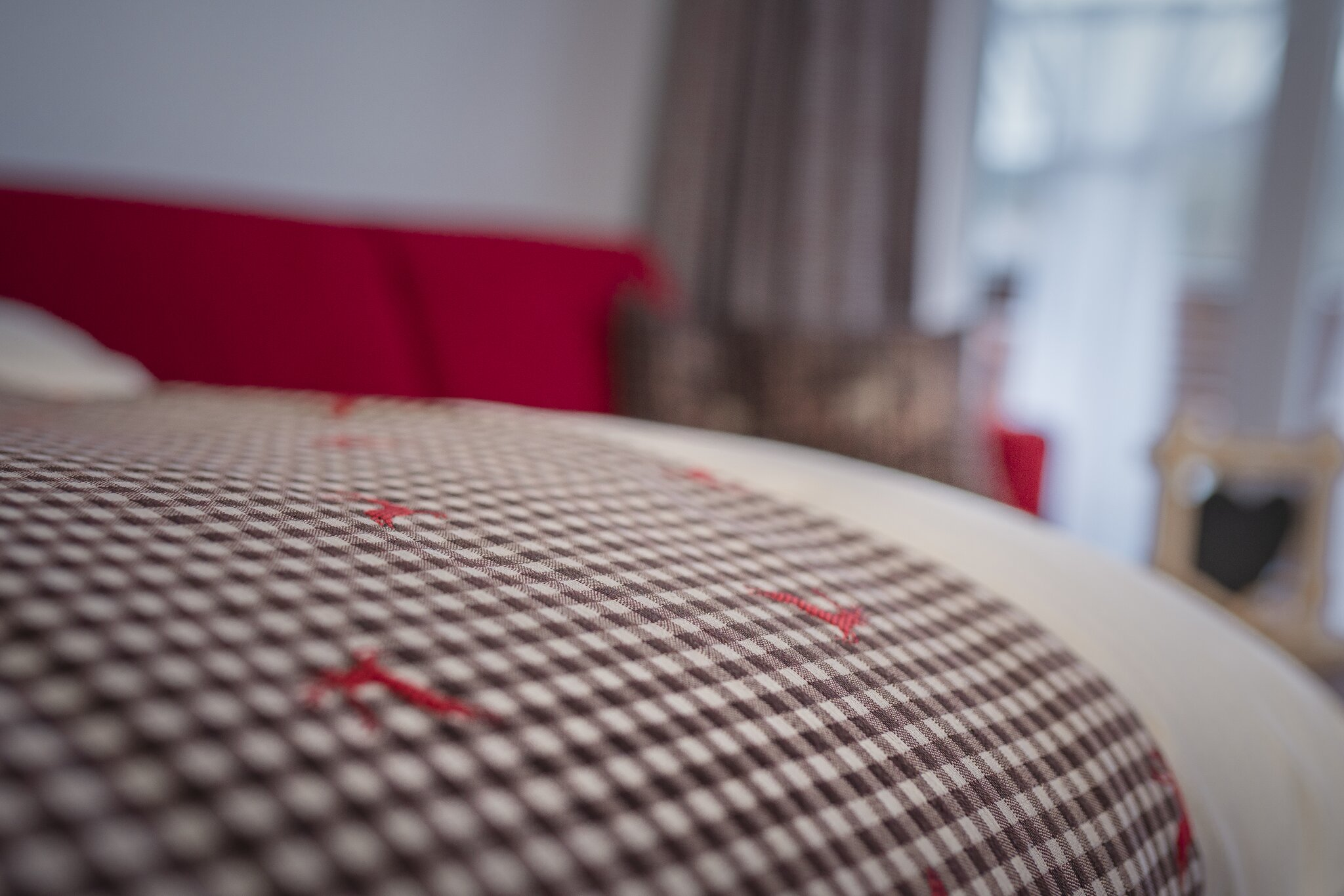Französisches Bett mit Nachtkästchen
