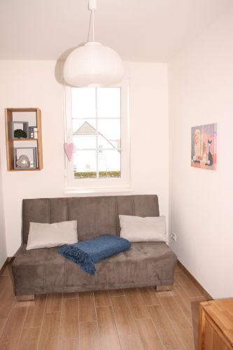 Kleines Zimmer mit Doppelbettcouch