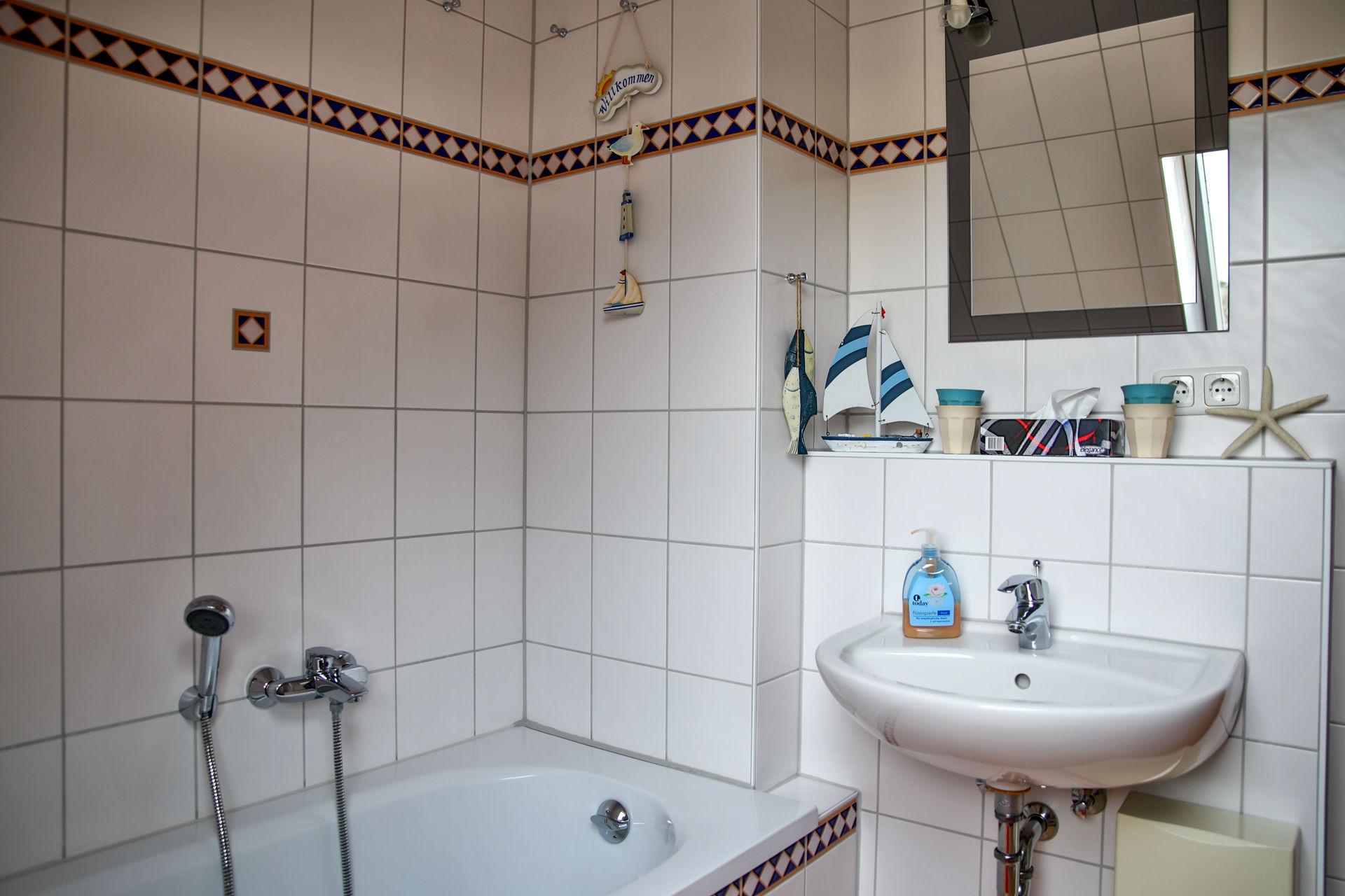 Bad, mit Blick auf die Badewanne