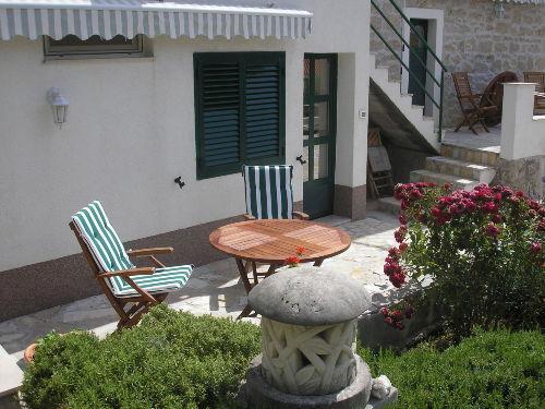 Dalmatin. Garten mit 2 Terrassen/Tischen