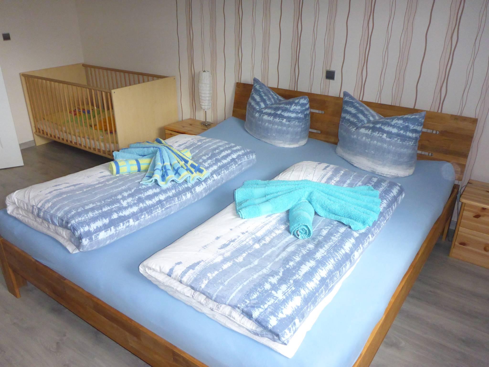 Schlafzimmer 2, Doppelbett + Kinderbett