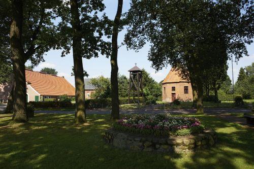 Spargelhof & Kapelle (gegenüber)