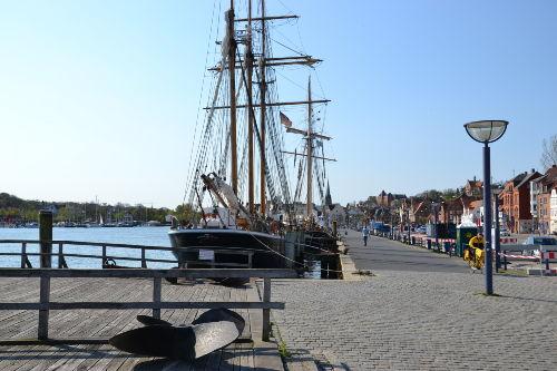 Direkt v. d. Haus:die Hafenflaniermeile