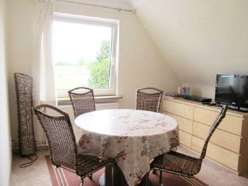 Zimmer mit Esstisch und Zusatzbett
