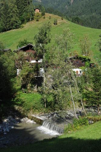 Ansicht mit Wasserfall Alpbach