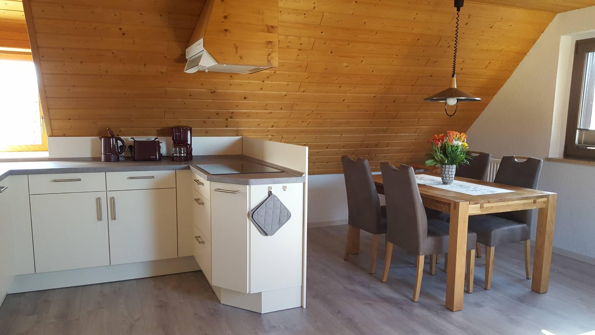 Blick auf Essplatz und Küche