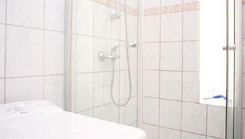 Duschkabine mit Fenster / Waschmaschine