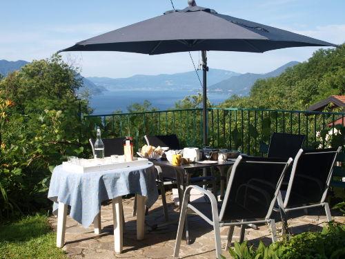 Terrasse mit Seeblick neben der Küche
