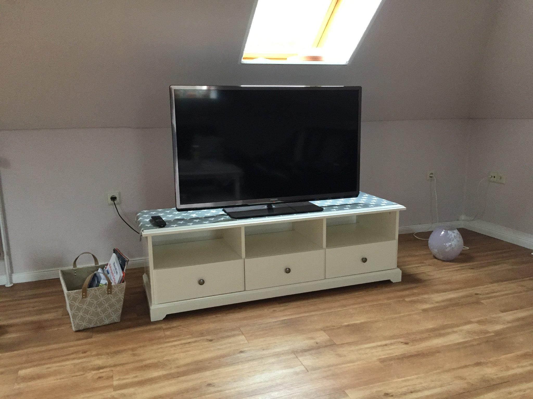 """Wohnzimmer mit 42"""" HD-Fernseher"""