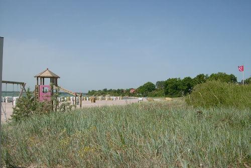 ein breiter Sandstrand in Südlage