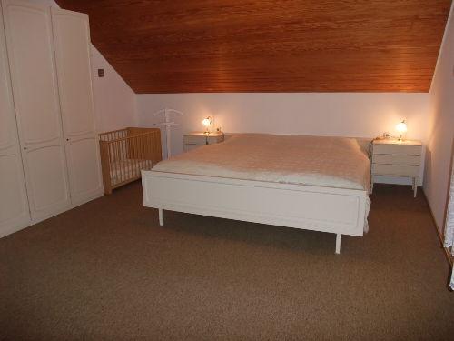 großer Schlafraum mit Kinderbett