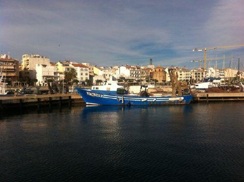 Stadtzentrum mit Fischerboot