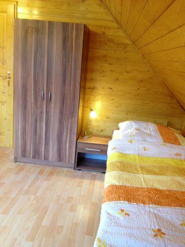 Einzelbett mit Kleiderschrank im SZ 2