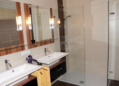 Doppelwaschplatz und Dusche