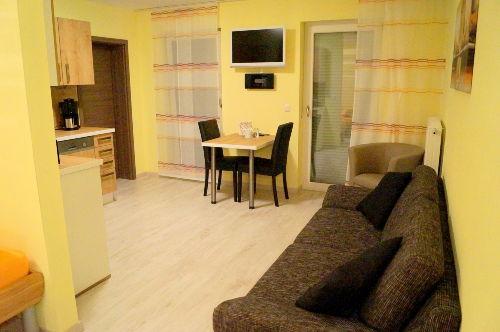 Wohnraum Couch/Sessel/Sitzgruppe/Küche