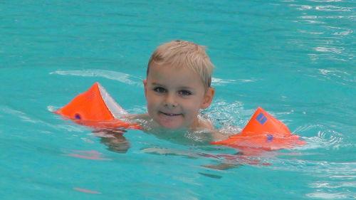 unser Tim im Pool