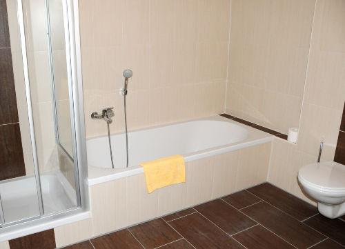 Badewanne, Dusche und WC
