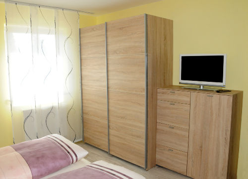 Schrank, Kommode u. LED TV Schlafzimmer