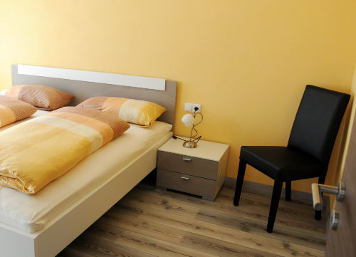Schlafzimmer mit 2. Flachbild TV