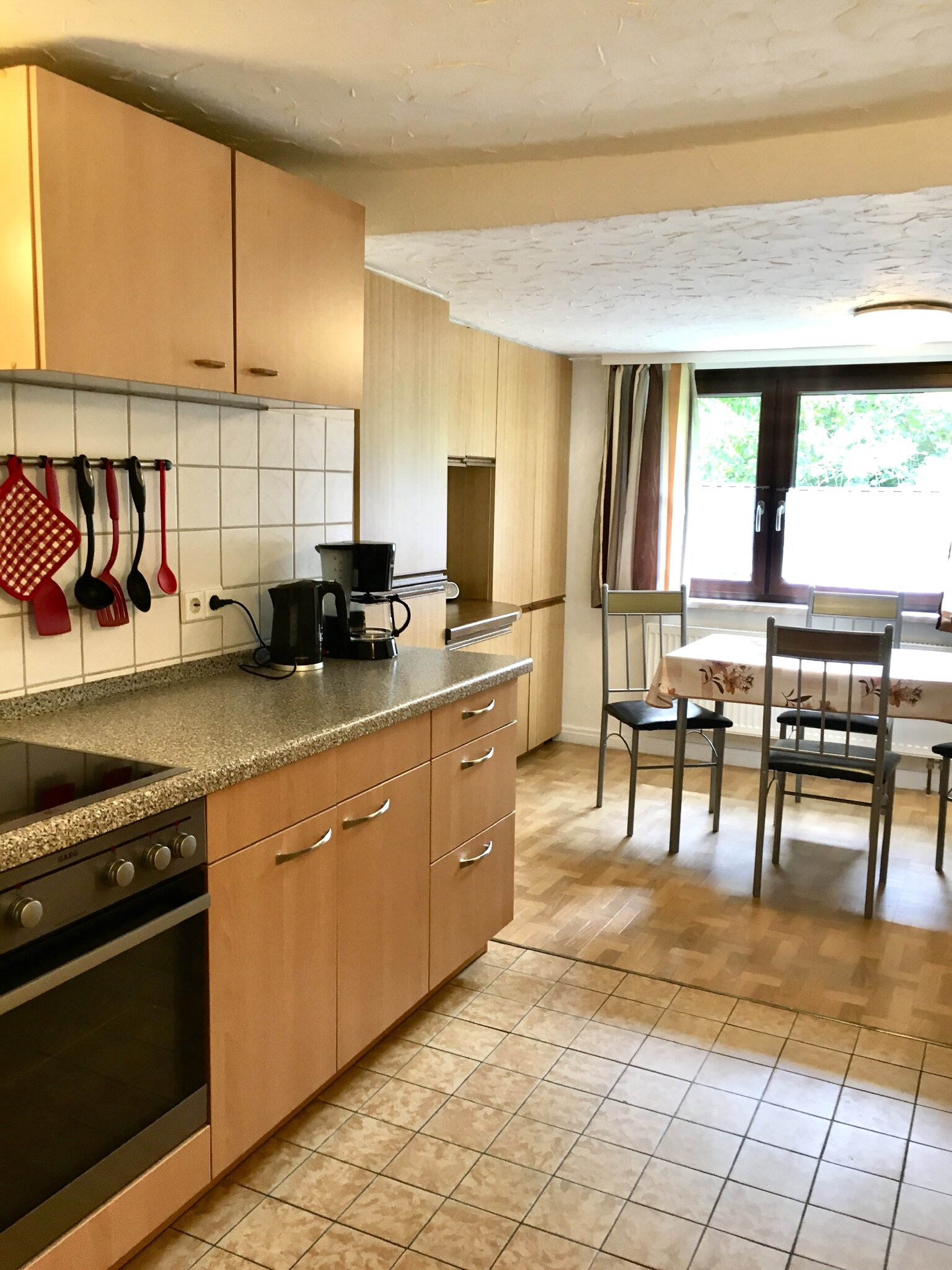 Große gut ausgestattete Wohnküche