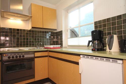 große Küche mit Kaffeemaschine