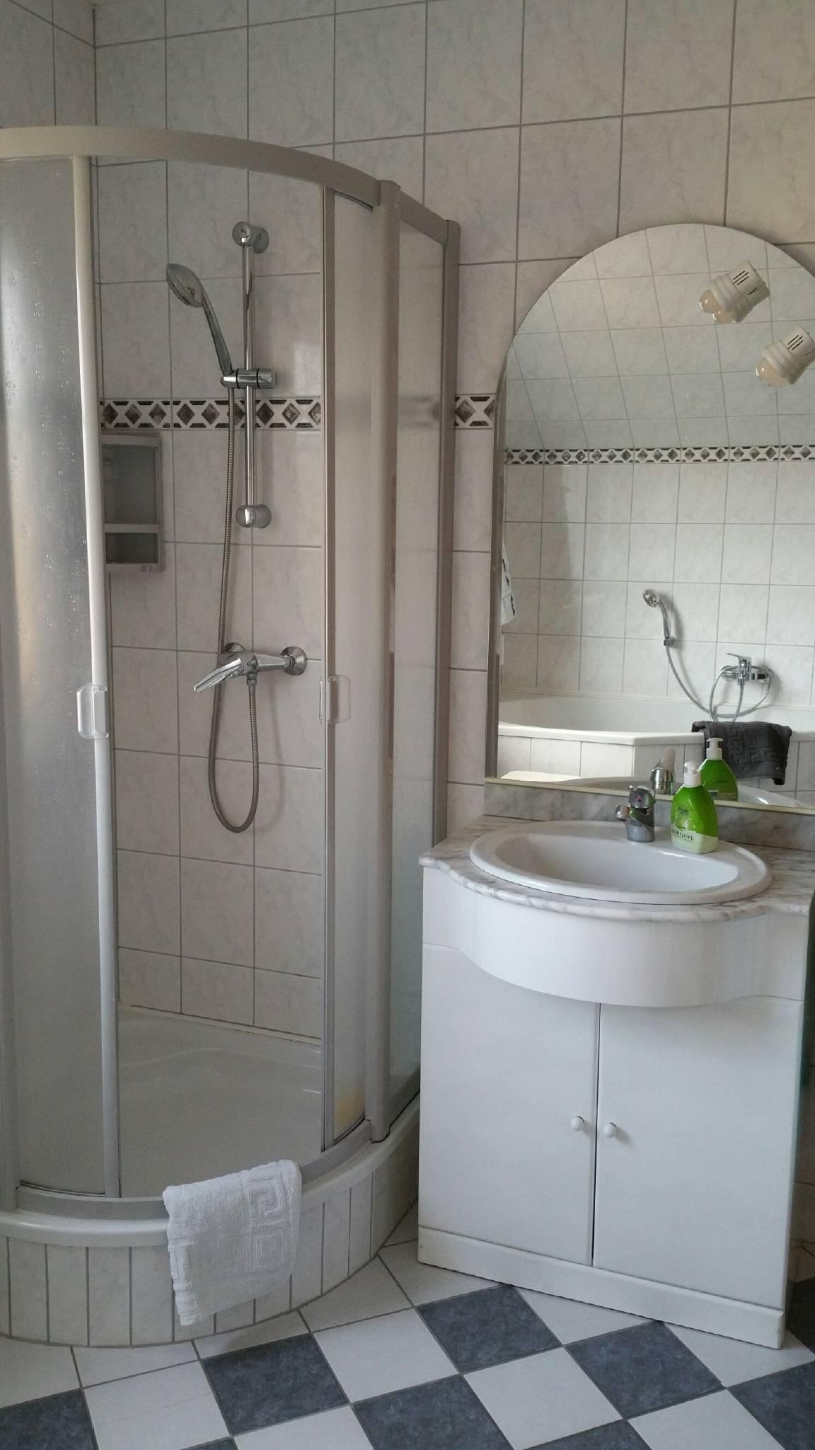 Bad mit Dusche .....